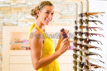 giovane donna allottico compra occhiali