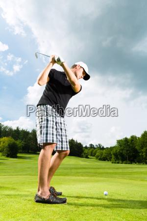 giovane giocatore di golf sul campo