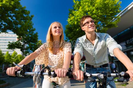 coppia nella guida in citta con