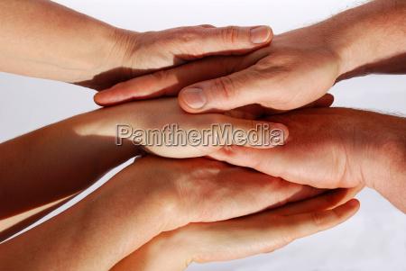 molte mani che simboleggiano lunita e