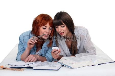 giovani donne di prendere una pausa