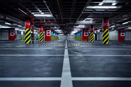 parcheggio garage nel seminterrato interno sotterraneo