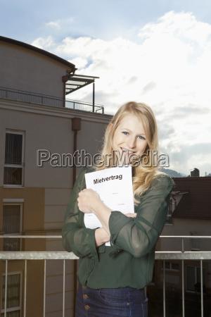 giovane donna sul balcone si aggrappa