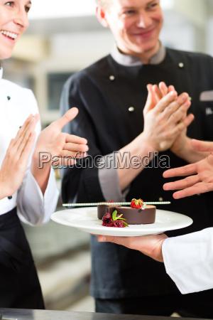 team di chef con dessert in