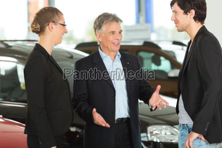 uomo anziano con auto e giovane