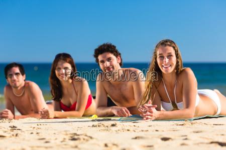amici sulla vacanza della spiaggia in