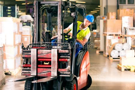 operatore del carrello elevatore nel magazzino