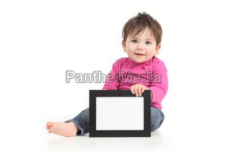 bambino mostrando una cornice bianca