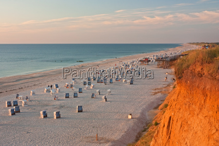 spiaggia con cesti da spiaggia al