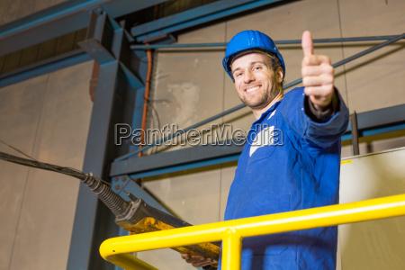il lavoratore edile gestisce una macchina