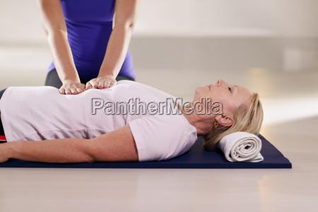 giovane terapeuta facendo terapia reiki per