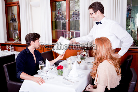 moglie e marito a cena al