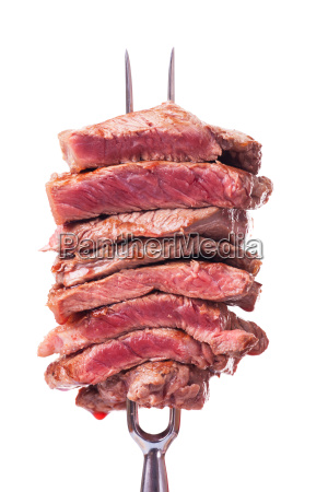bistecca affettata su una forchetta di