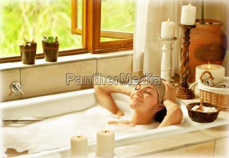 donna che cattura il bagno
