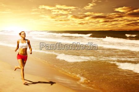 donna sana in esecuzione sulla spiaggia