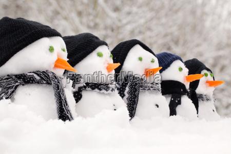 pupazzi di neve vicino a una