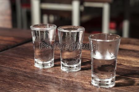 bicchieri di vodka girato su un