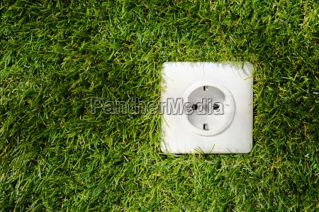 presa elettrica allaperto in erba verde