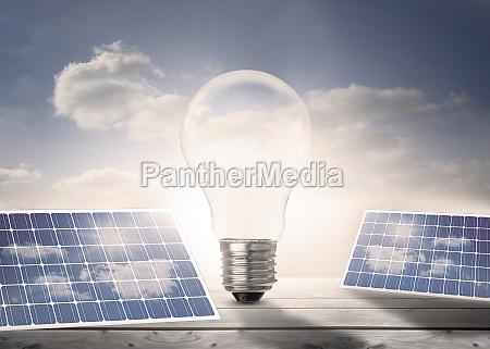 lampadina e pannelli solari in piedi