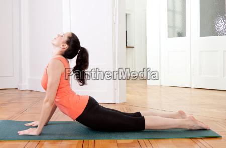 giovane donna attraente fa un allenamento