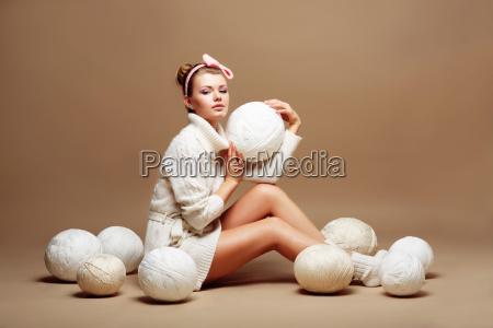 maglieria cucire la donna in bianco