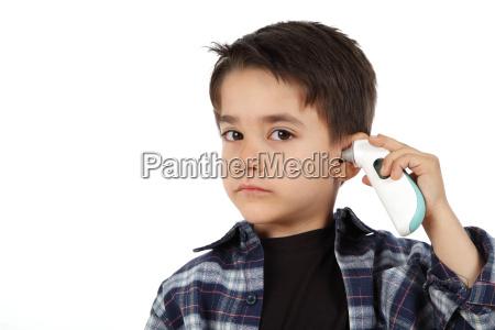 bambino maschio che controlla la febbre