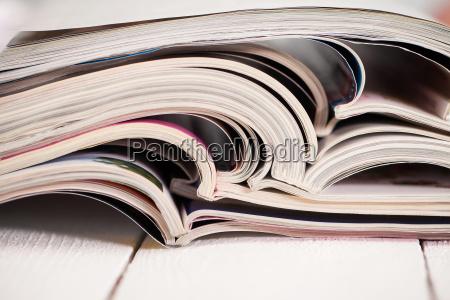 mucchio di riviste colorate su un