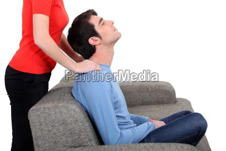 massaggio al collo del marito