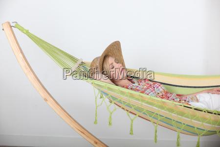 donna sdraiata rilassante in amaca