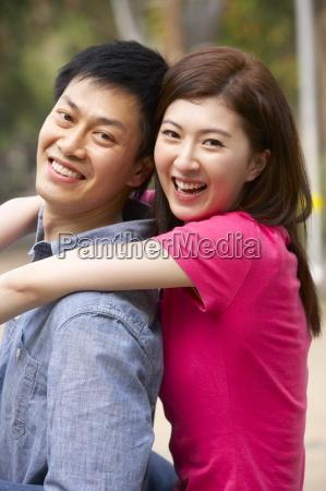 giovane coppia cinese di relax nel