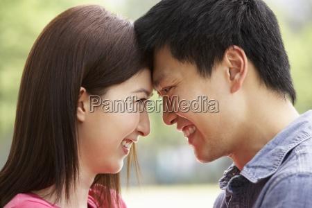 ritratto di giovane coppia cinese guardando