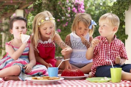 gruppo di bambini che mangiano gelatina