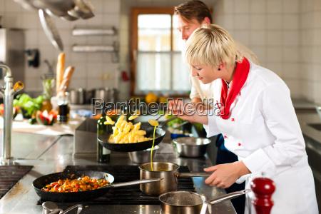 cuoco cucina in un ristorante o