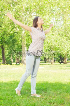 felicita giovane donna godimento nella natura