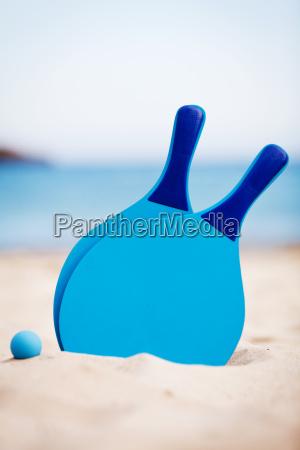racchetta blu della sfera della spiaggia
