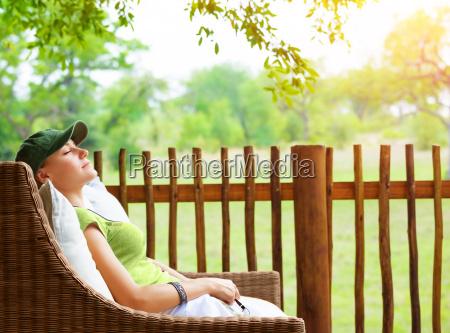 donna relax sonno addormentato veranda facilitare
