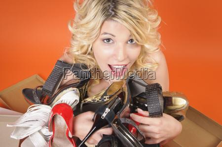 ragazza di lusso con le scarpe