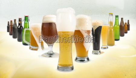 tazza, ripiena, di, birra, e, bottiglie - 9530168
