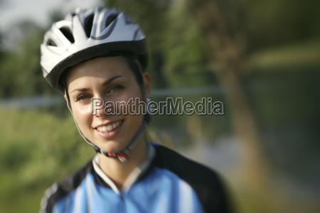 donna ciclista bicicletta montagna ciclismo