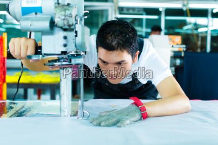 gli operai di fabbrica a una
