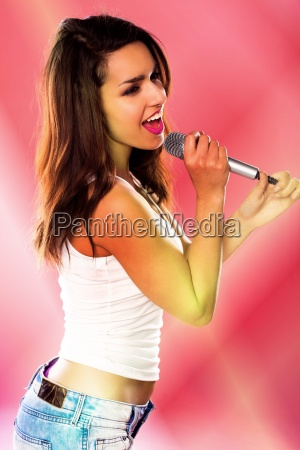 una donna sexy che canta
