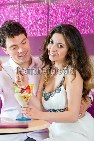 giovane coppia in un cafe gode