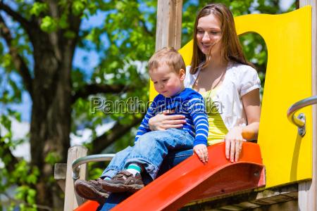 madre e figlio su uno scivolo