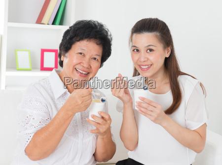 donne che mangiano yogurt