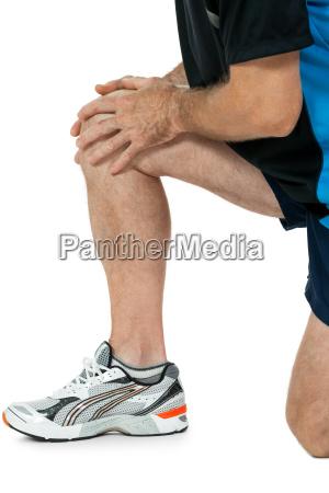 uomo adulto atletico con infortuni problemi
