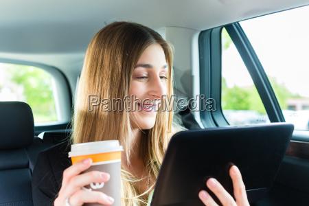 la donna guida in taxi con