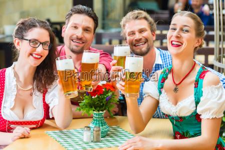 amici in baviera bere birra nel