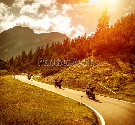 motociclisti sulla strada di montagne nel
