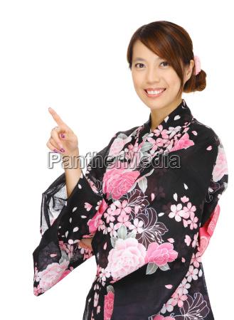 donna asiatica indossando chimono e rivolta