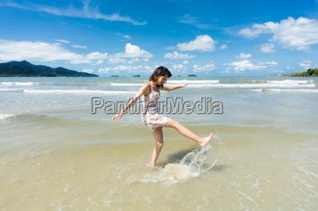 adolescenti sulla spiaggia